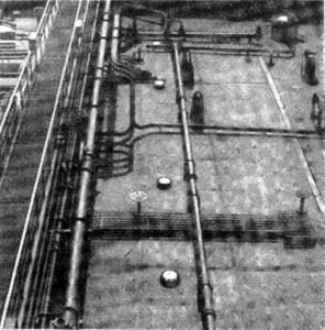 Abb. 2 Laufbrücke mit Rohrleitungen auf dem Vordeck