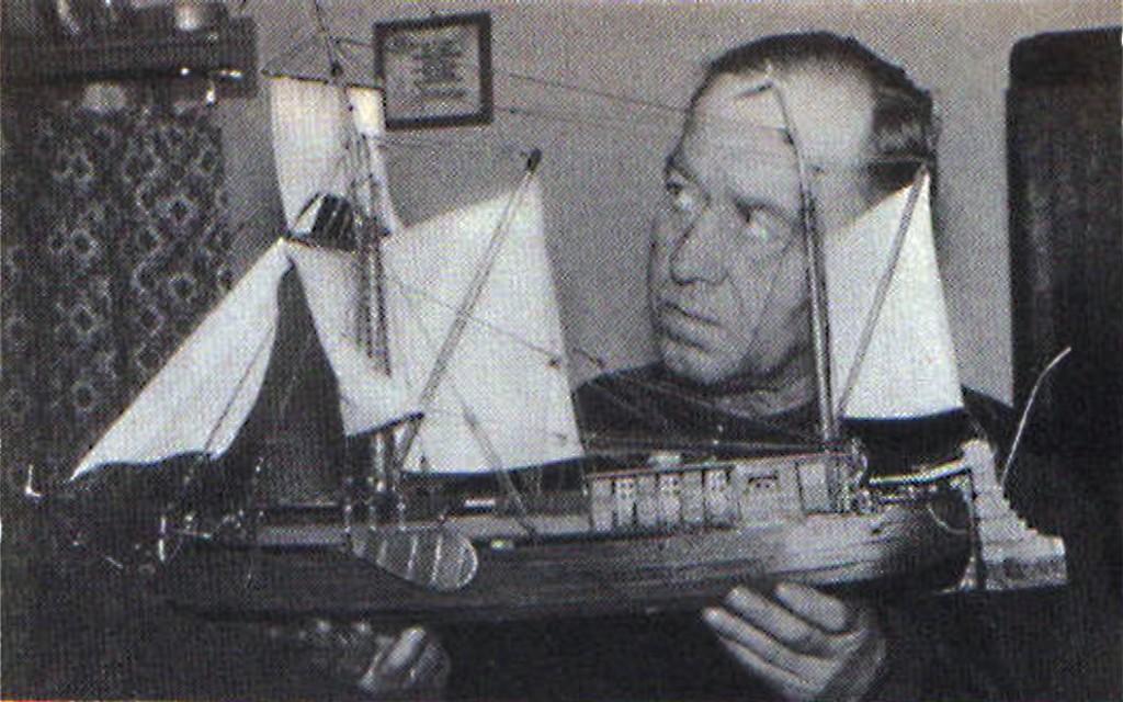 Abb. 6 Bönder um 1730 (Mittelrheinschiff); K. Marquardt sen. bei der kritischen Betrachtung seines Modells (1955)