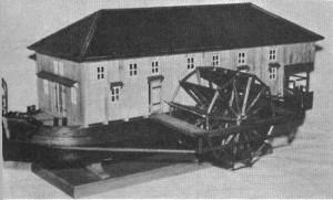 Abb. 9 Ginsheimer Schiffsmühle. Die andere Seite des Modells ist offen und gewährt Einblick in den Mühlenbetrieb. Schiffsmühlen wurden noch bis ins 20. Jahrhundert hinein auf den großen Flüssen verankert und nützten die Strömung des Wassers für den Mühlenbetrieb (1959)