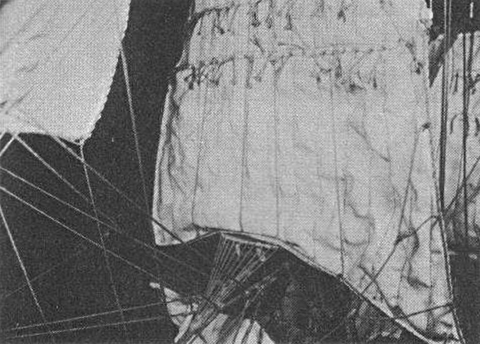 Vormarssegel und Vorstaghahnepoot am Modell des Verfassers. Aus wohlerwogenen Gründen wurde darauf verzichtet, die Segel zu imprägnieren und sie in einen vorgetäuschten Wind hineinzuwölben