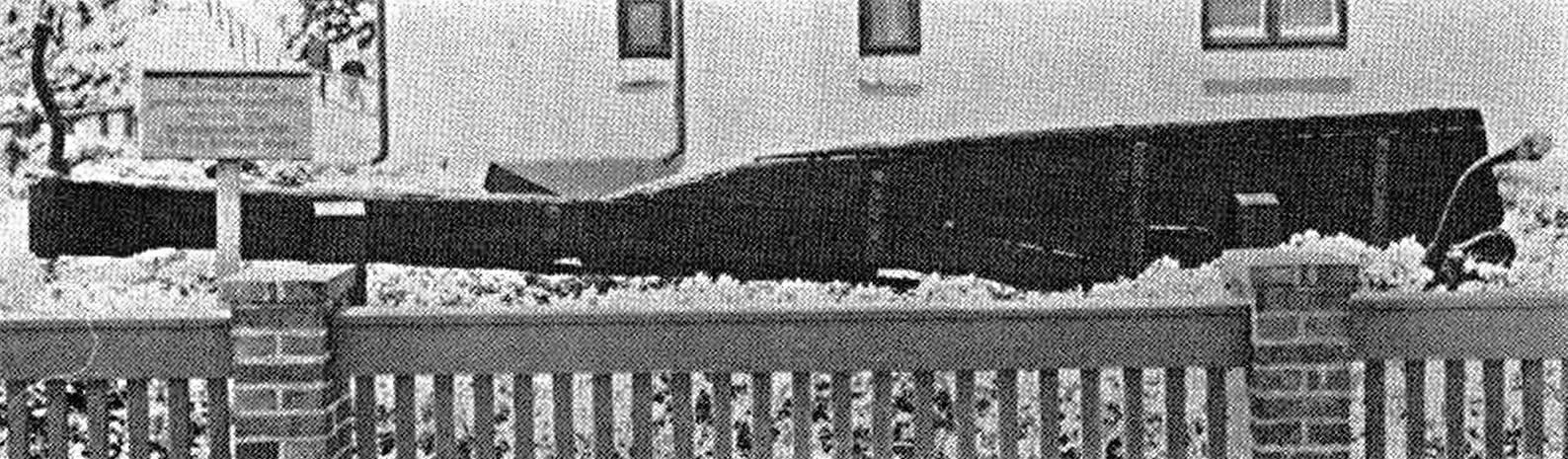 """Abb. 1 Gut 100 Jahre älter als die """"Theone"""" ist dieses Ruderblatt eines Segelschilis, das 1961 in der Nähe der nordfriesischen Insel Sylt aufgefunden wurde. Es befindet sich gegenwärtig im Vorgarten eines Dienstgebäudes der Hafenmeisterei Hörnum. Bemerkenswert sind die große Länge des Bauteils und die kurze, nach achtern gerichtete eiserne Ruderpinne, an welcher die Steuerleinen über 2 Schäkel angreifen."""