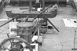 Abb. 10: Blick vom Steuerrad vorwärts. Sichtbar sind das Oberlicht, Gangspill, Kajütniedergang, Betings, Pumpen, Reserverhölzer-Galgen und Bratspill. Photo B. Haddock