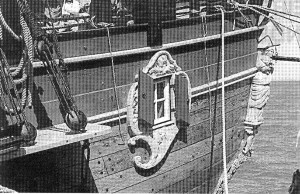 Abb. 16: Das Kajüt-Seitenfenster (Badge) mit den Blinden.