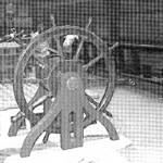 Abb. 9: Steuerrad, Oberlicht und Gangspill auf dem Halbdeck des ENDEAVOUR Nachbaus. Photo B. Haddock