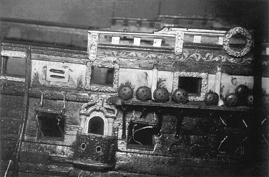 Abb. 5: Die mittschiffs liegende Fallreepspforte während der Restaurierung des Modells. Alte Decks waren entfernt.