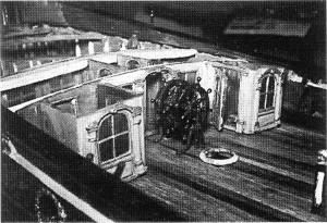 Abb. 6: Nachdem ein neues Halbdeck eingezogen war, wurde die Hütte wieder errichtet. Davor das doppelte Steuerrad.